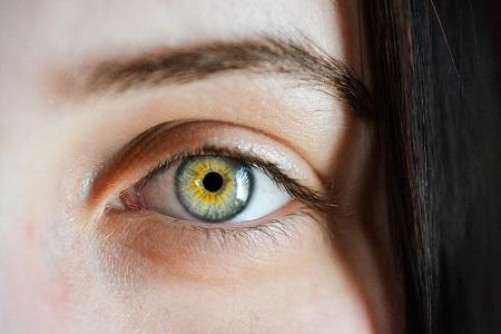 Natrol OcuSense with Lutein предпазва очите от увреждане.