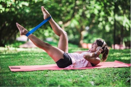 Какви фитнес упражнения могат да се правят с ластици за тренировка?